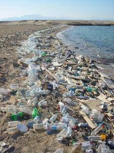 Des déchets sur une plage en Égypte