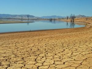Lake Hume en Australie. Ce réservoir d'eau douce qui alimente la région de Sydney a atteint un niveau relativement bas en 2012, essentiellement à cause des canicules extrêmes. Crédit :  Tim Keegan via Flickr